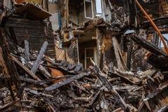 Het oude houten branden-benedenhuis een mening van binnenuit stock fotografie