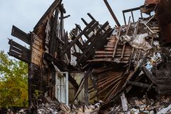 Het oude houten branden-benedenhuis een mening van binnenuit royalty-vrije stock foto