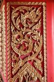 Het oude houten deur gesneden goud van Thailand Stock Afbeeldingen