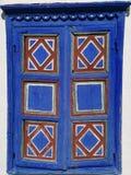 Het oude houten venster dat in blauw wordt geschilderd royalty-vrije stock afbeeldingen