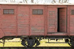 Het oude houten vervoer de locomotief bevindt zich op de sporen op de achtergrond van blauwe hemel royalty-vrije stock fotografie