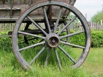 Het oude houten wiel op een hooi Royalty-vrije Stock Foto
