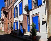 Het oude huis met blauwe vensterblinden Stock Afbeeldingen