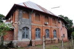 Het oude huis van de twee verdiepingsbaksteen, en houten venster stock fotografie