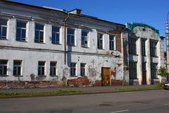 Het oude huis van de twee verhaal rode baksteen Royalty-vrije Stock Afbeelding
