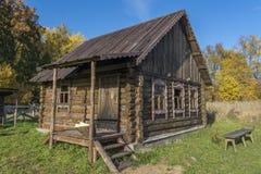 Het oude huis van opent het Russische dorp het programma Bank in de werf stock afbeelding