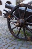 Het oude kanon op wielen sluit omhoog en kanonnenachtergrond Stock Foto