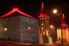 Het oude kasteel met rode verlichting bij nacht, is vroeger ruthenian-Litouws kasteel en een recentere Poolse die vesting, in his stock foto's