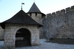Het oude kasteel op Smotrych-rivier, is een vroeger ruthenian-Litouws kasteel en een recentere driedelige Poolse die vesting, in  stock fotografie