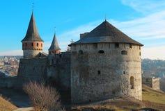 Het oude kasteel op Smotrych-rivier, is een vroeger ruthenian-Litouws kasteel en een recentere driedelige Poolse die vesting, in  royalty-vrije stock fotografie