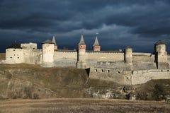 Het oude kasteel op Smotrych-rivier, is een vroeger ruthenian-Litouws kasteel en een recentere driedelige Poolse die vesting, in  royalty-vrije stock afbeelding