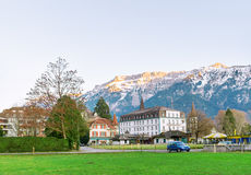 Het oude kasteel tegen de achtergrond van bergen stock foto