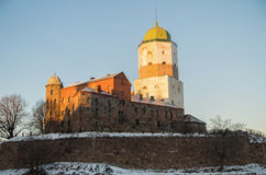 Het oude kasteel van het Vyborgsymbool met een hoge toren op het eiland stock fotografie