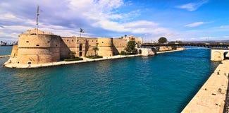 Het oude kasteel van Taranto en draaiende brug op overzees kanaal stock afbeelding