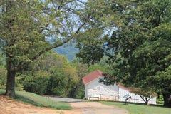 Klein wit huis in pastoraal landschap Stock Afbeeldingen