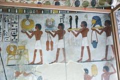 Het oude kleurrijke schilderen op muur bij Egyptische Graven stock afbeelding
