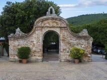 Het oude klooster op de bovenkant van onderstel Conero, Marche, Italië stock foto