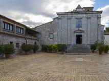 Het oude klooster op de bovenkant van onderstel Conero, Marche, Italië royalty-vrije stock afbeelding