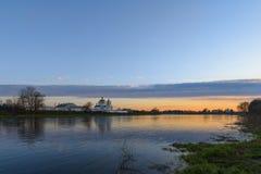 Het oude klooster op de rivierbank bij zonsondergang Royalty-vrije Stock Afbeelding