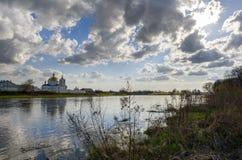 Het oude klooster op de rivierbank bij zonsondergang Stock Fotografie