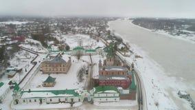 Het oude klooster van Ladoga, dag in de luchtvideo van Februari Staraya Ladoga, Rusland stock video