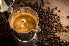 Het oude koffiezetapparaat van de Mokapot en koffiebonen Stock Afbeeldingen