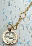 Het oude kompas van het messing met ketting op de kaart Stock Fotografie