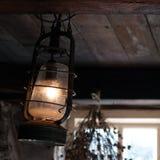 Het oude lamp hangen van houten plafondstraal Royalty-vrije Stock Fotografie