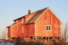 Het oude landbouwbedrijf van Lofoten bij zonsondergang Stock Foto's
