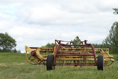Het oude Landbouwbedrijf voert in een weide uit Stock Fotografie