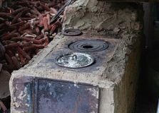 Het oude landelijke fornuis van de binnenplaatsklei, de zomerkeuken stock foto