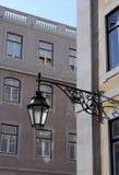 Het oude lantaarn hangen op de straat van historisch Lissabon Stock Fotografie