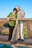 Het oude liefdepaar koestert elkaar Stock Afbeelding