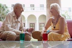Het oude man en vrouwen drinken in hotel 's staaf Stock Afbeelding