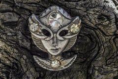 Het oude masker van het metaalgezicht op houten patern royalty-vrije stock foto
