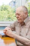 Het oude mens bidden Stock Foto's