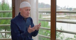 Het oude mens bidden Godsdienstige Mens stock video