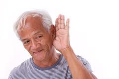 Het oude mens luisteren Stock Foto's