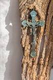 Het oude messings pectoral kruis op het oude hout Royalty-vrije Stock Afbeeldingen
