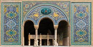 Het oude mooie mozaïek schilderen op de muur bij Golestan-paleis, Iran stock foto's