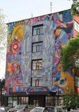 Het oude mozaïek en de moderne graffiti op de muur van het gebouw stock afbeeldingen