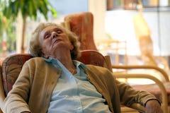 Het oude oma ontspannen Stock Fotografie