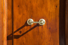 Het oude openluchthandvat van de messingsdeur op bruine houten deur Royalty-vrije Stock Afbeeldingen