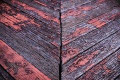 Het oude oranje grijze hout richt zich diagonaal op barstachtergrond stock fotografie