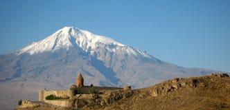 Het oude orthodoxe steenklooster in Armenië, het Klooster van KhorVirapÂ, dat van rode baksteen wordt gemaakt en zet Ararat op Stock Foto's