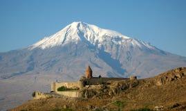 Het oude orthodoxe steenklooster in Armenië, het Klooster van KhorVirapÂ, dat van rode baksteen wordt gemaakt en zet Ararat op Royalty-vrije Stock Foto's