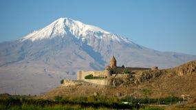 Het oude orthodoxe steenklooster in Armenië, het Klooster van KhorVirapÂ, dat van rode baksteen wordt gemaakt en zet Ararat op Royalty-vrije Stock Fotografie