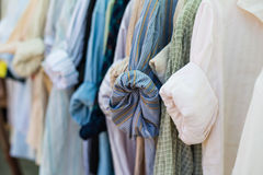 Het oude overhemd hangen op plastic hangers Stock Foto's