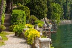 Het oude paar schilderen in Villa Monastero in Varenna, meer Como stock foto