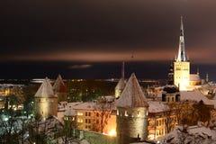 Het oude panorama van de stadsnacht Patkuli het bekijken platform tallinn Estland stock foto
